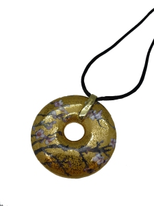 """Collier avec amulette en porcelaine avec le motif """"Amandier"""" de Vincent Van Gogh. Composants en métal anti-allergique, sans nickel, dorés. Corde en textile avec serrure - 58 cm. Diamètre : 5 cm."""